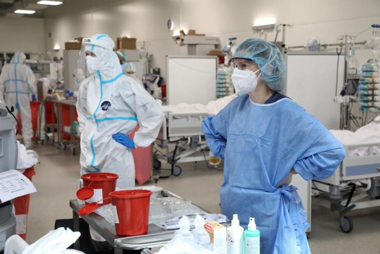 Medical staff treat patients infected with coronavirus Covid-19 at the intensive care unit of the Modular Hospital of the Military Medical Institute in Warsaw, Poland, on 22 April 2021.