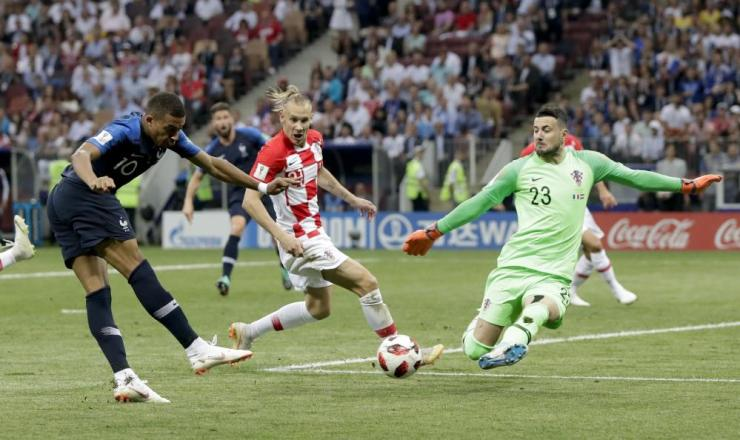 Mbappe fires at goal, Subasic blocks.