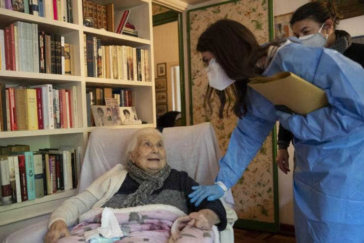 Doctor Elisa Riccitelli with Patrizia Cumbo, 96 years old, after she had a dose of Covid vaccine in her home.