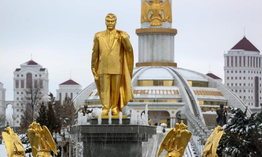 Statue of late Turkmenistan president  Saparmurat Niyazov
