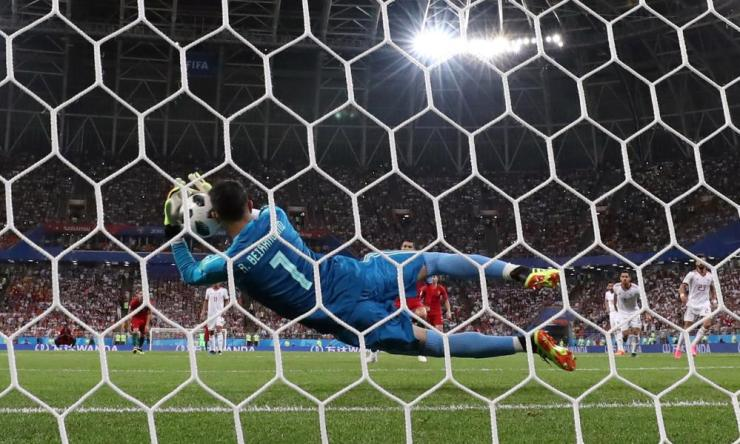 Alireza Beiranvand saves the penalty.