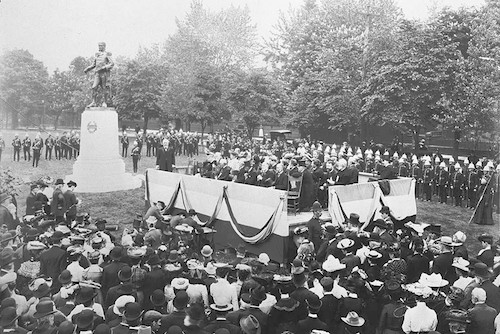 رونمایی از تندیس جان گریوز سیمکو در پارک کوئینز تورنتو در سال ۱۹۰۳