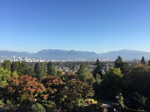 منظرهٔ شهر ونکوور و کوههای نورث شور از فراز پارک کوئین الیزابت