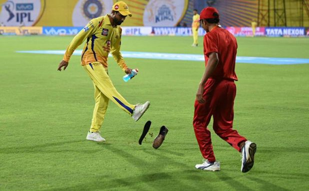 Shoes hurled at Jadeja and Du Plessis