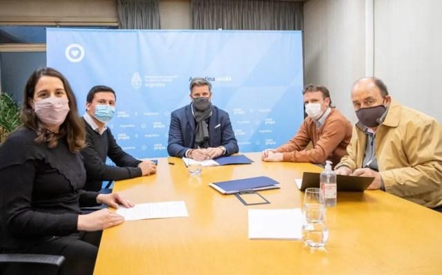 El director de PROCREAR, Luciano Scattolini firma un convenio junto a Maximiliano Wesner, Federico Aguilera y dirigentes sindicales