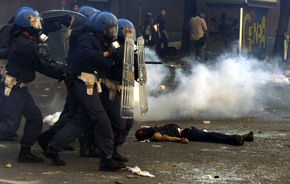Genova, 20 luglio 2001. La polizia carica davanti al cadavere di Carlo Giuliani. - Reuters/Contrasto