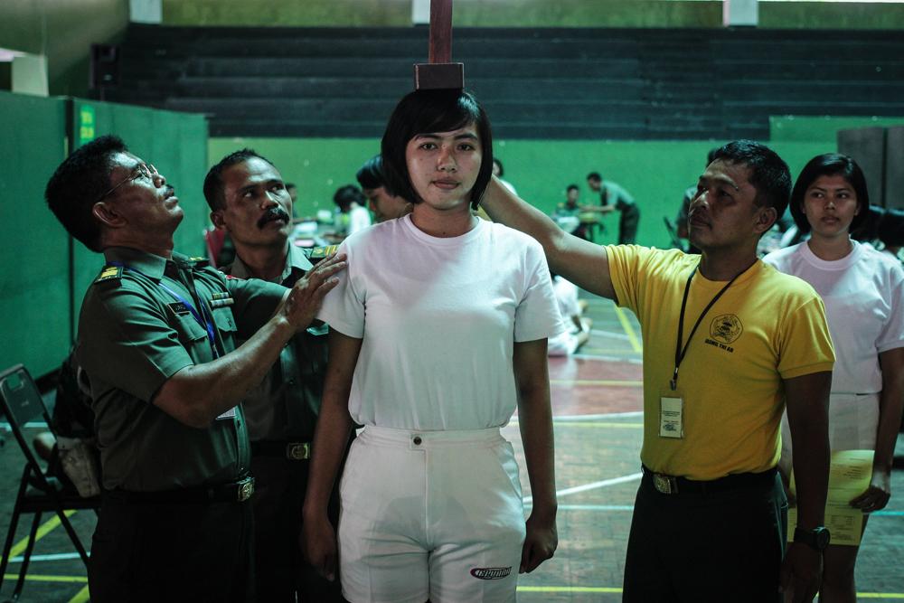 Un'aspirante soldata viene sottoposta alle prove per entrare nell'esercito a Semarang, nell'isola di Giava, il 14 ottobre 2014. - WF Sihardian, NurPhoto/Corbis/Contrasto
