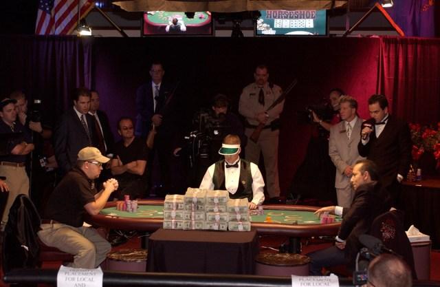 """La partita tra Ihsan """"Sam"""" Farha (a destra) e Chris Moneymaker durante la finale del World series of poker del 2003. Sul tavolo il premio da 2,5 milioni di dollari. - Frederic Neema, Laif/Contrasto"""