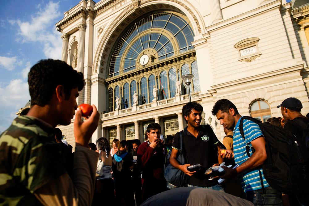 Migranti ricevono cibo e bevande alla stazione di Keleti a Budapest, il 2 luglio 2015. - Zoltan Balogh, Ap/Ansa