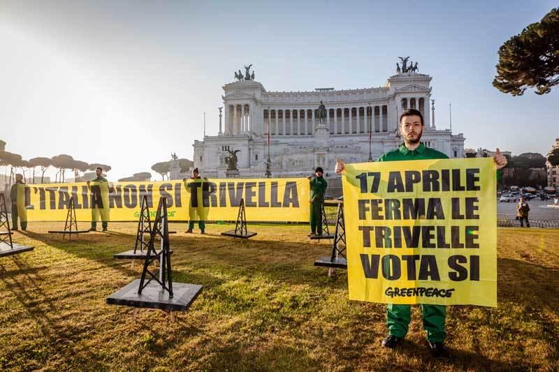 Attivisti di Greenpeace protestano a Roma, in piazza Venezia, contro la strategia energetica del governo.  - Francesco Alesi, Greenpeace