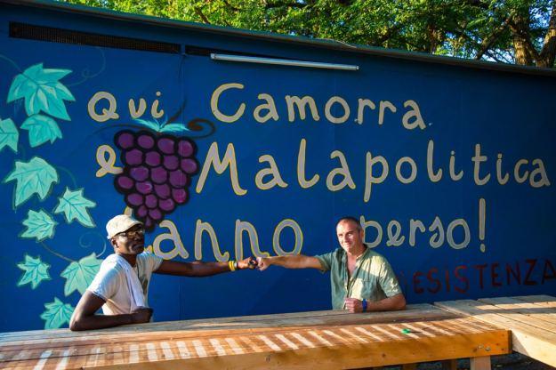 Tommaso e Amadou di Funky Tomato al termine di una giornata di lavoro, il 27 luglio 2016. - Luca Salvatore Pistone