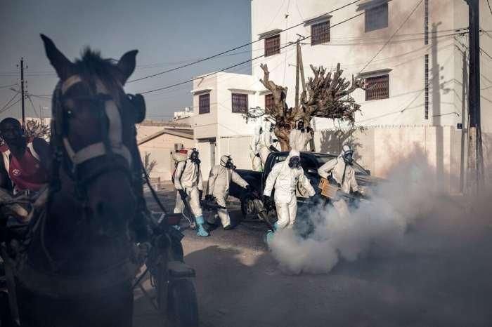 La sanificazione di una strada a Dakar, Senegal, 1 aprile 2020. - John Wessels, Afp
