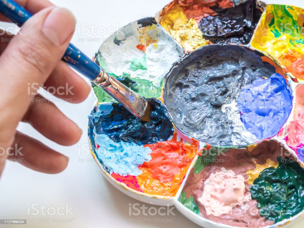 Photo Libre De Droit De Main De Lartiste Melange Peinture Acrylique De Couleur Avec Le Pinceau Dans La Palette De Plastique Blanc Art Banque D Images Et Plus D Images Libres De Droit De