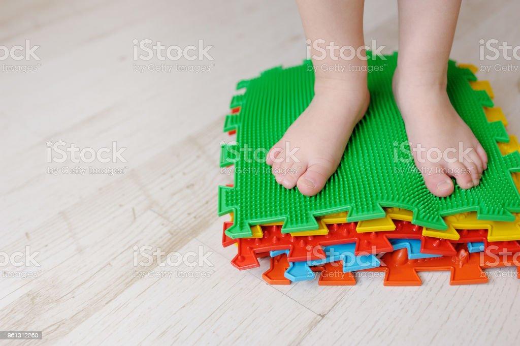 https www istockphoto com fr photo tapis de massage de pied de b c3 a9b c3 a9 exercices pour les jambes sur le tapis de massage gm961312260 262508335