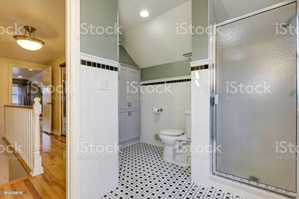https www istockphoto com fr photo m c3 a9tro de fonctions de salle de bains carrelage murs moiti c3 a9 gm874243818 244115646