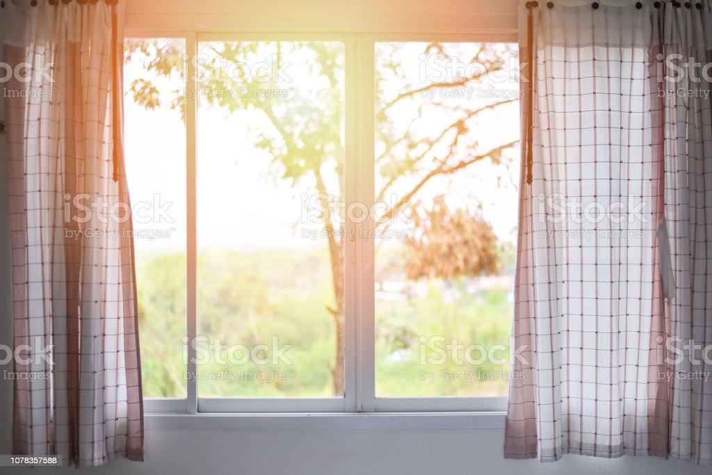 https www istockphoto com fr photo fen c3 aatre de la chambre dans le petit salon rayonnement solaire c3 a0 travers louverture gm1078357588 288899154