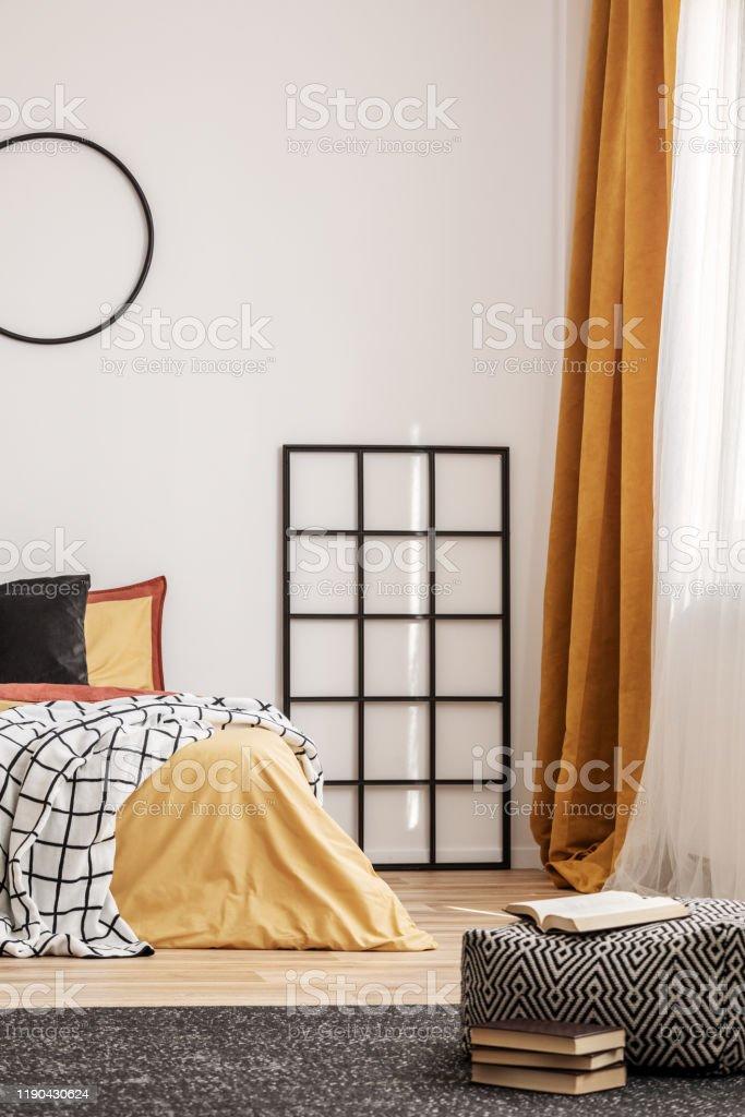 https www istockphoto com fr photo grille en bois noir c3 a0 c c3 b4t c3 a9 du lit avec la literie orange dans la chambre c3 a0 coucher gm1190430624 337469680
