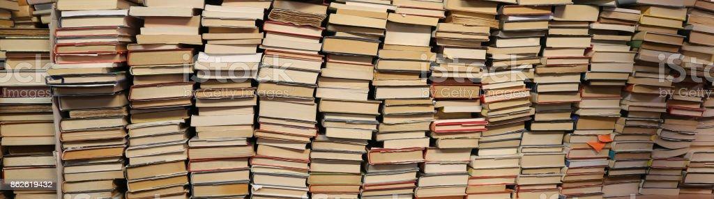 https www istockphoto com fr photo livres c3 a0 vendre dans la biblioth c3 a8que virtuelle doccasion gm862619432 143003229