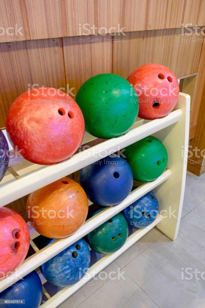 https www istockphoto com de foto bowling kugel multi color reihe auf holz rack gm902407514 248918442