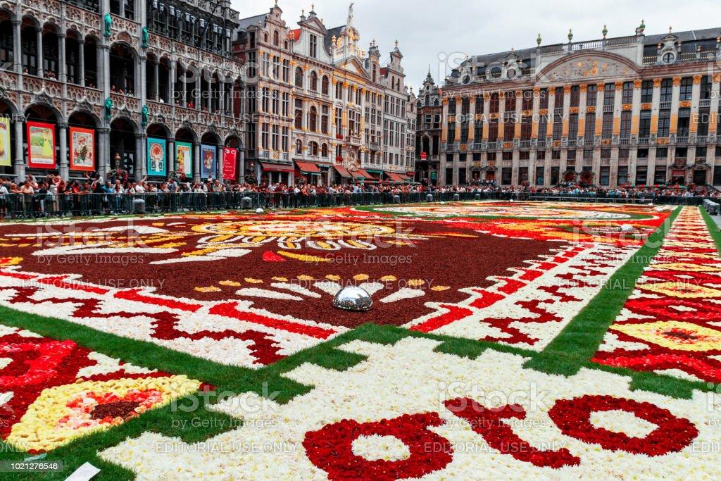 https www istockphoto com fr photo bruxelles 18 ao c3 bbt 2018 tapis de fleurs sur la grand place gm1021276546 274298454