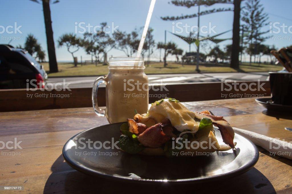 https www istockphoto com fr photo caf c3 a9 petit d c3 a9jeuner aliments et boissons au lever du soleil sur une journ c3 a9e gm990174172 268396544