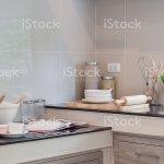 Keramik Ware Und Kuche Ware Die Sich An Der Theke Stockfoto Und Mehr Bilder Von Arbeitsplatte Istock