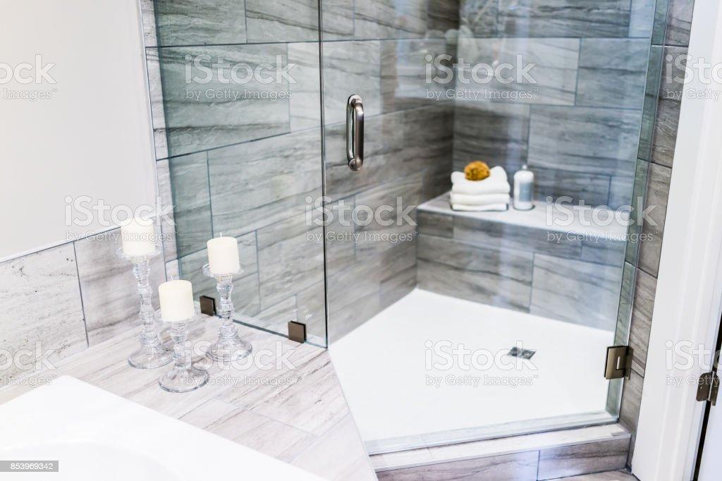 photo libre de droit de gros plan de mise en scene moderne salle de bain carrelee pierre grise comptoir de marbre dans le modele de maison appartement ou maison avec bougies serviettes