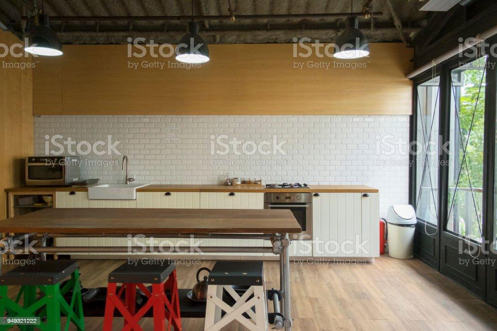 https www istockphoto com fr photo coin de la cuisine blanche la cuisine est d c3 a9coration avec carrelage blanc et en bois gm949321222 259146832