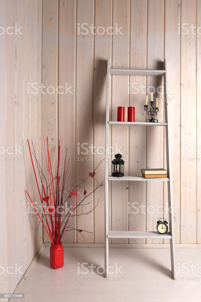 https www istockphoto com fr photo c3 a9chelle d c3 a9corative stand points et un vase avec des branches c3 a0 lint c3 a9rieur gm932272598 255517851