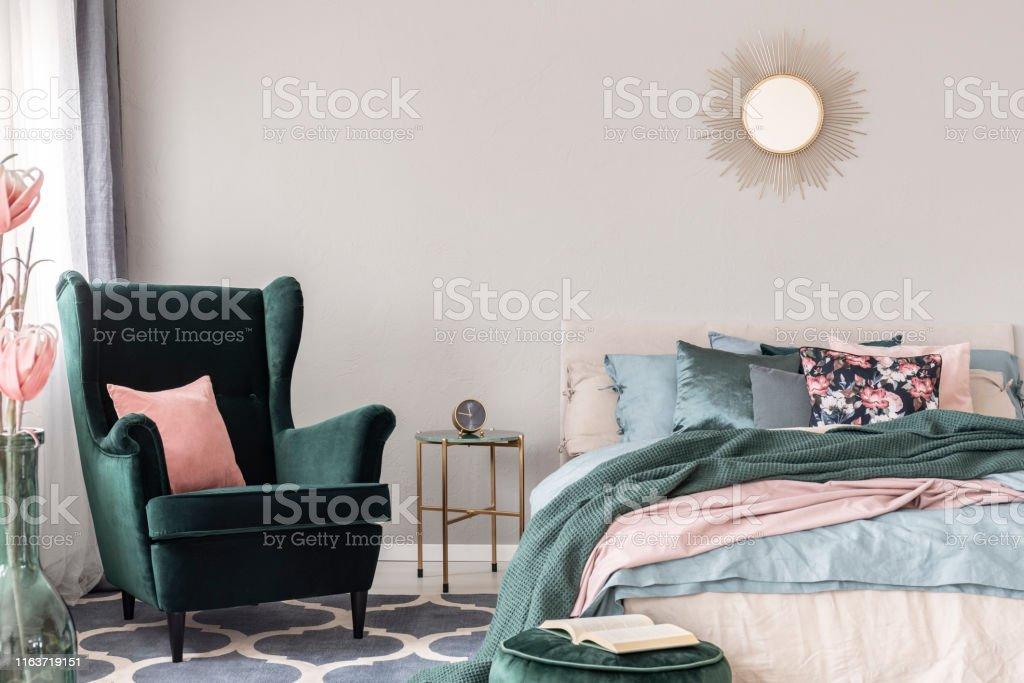 https www istockphoto com fr photo fauteuil vert c3 a9meraude avec oreiller rose pastel c3 a0 c c3 b4t c3 a9 de la table c3 a9l c3 a9gante de gm1163719151 319636391
