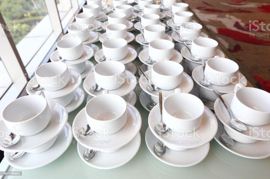 https www istockphoto com de foto gruppe von leere kaffeetassen viele reihen von wei c3 9fen tasse f c3 bcr service tee oder gm657736900 119899321