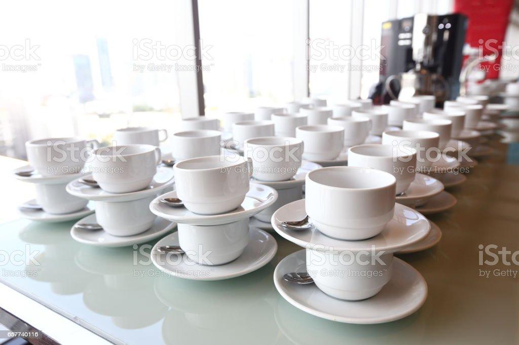https www istockphoto com de foto gruppe von leere kaffeetassen viele reihen von wei c3 9fen tasse f c3 bcr service tee oder gm657740116 119899347