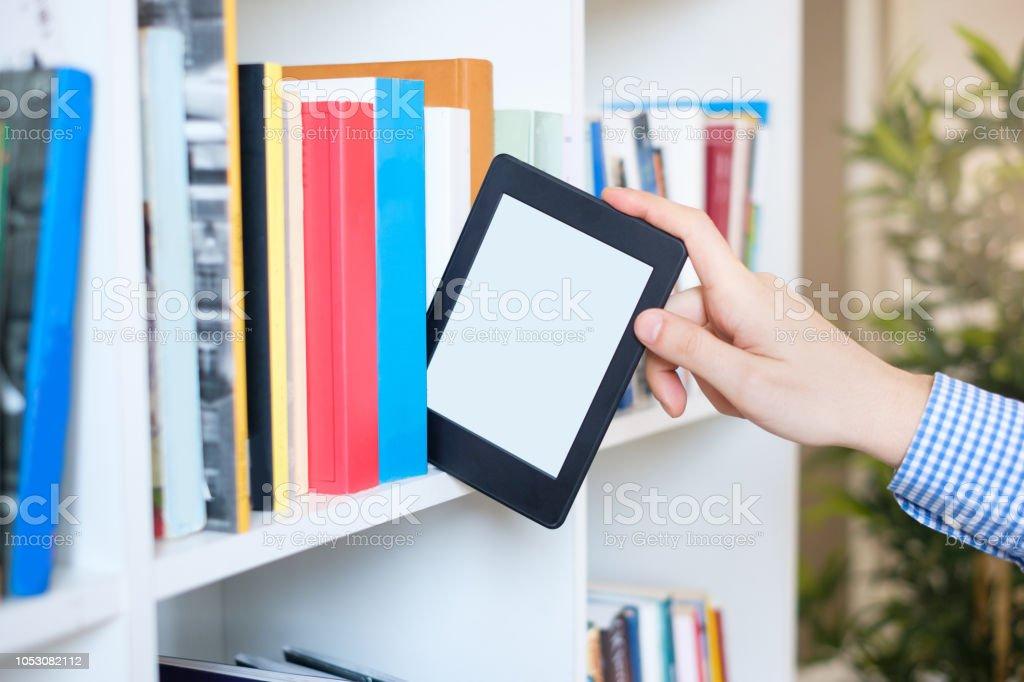 https www istockphoto com fr photo mains tenant ebook sur fond de l c3 a9tag c3 a8re espace copie c3 a9cran de la tablette num c3 a9rique gm1053082112 281346901