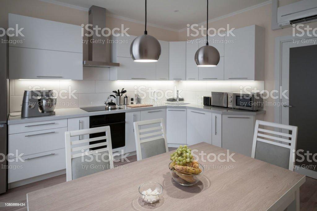 photo libre de droit de interieur cuisine moderne blanche grise beige couleur banque d images et plus d images libres de droit de a la mode istock