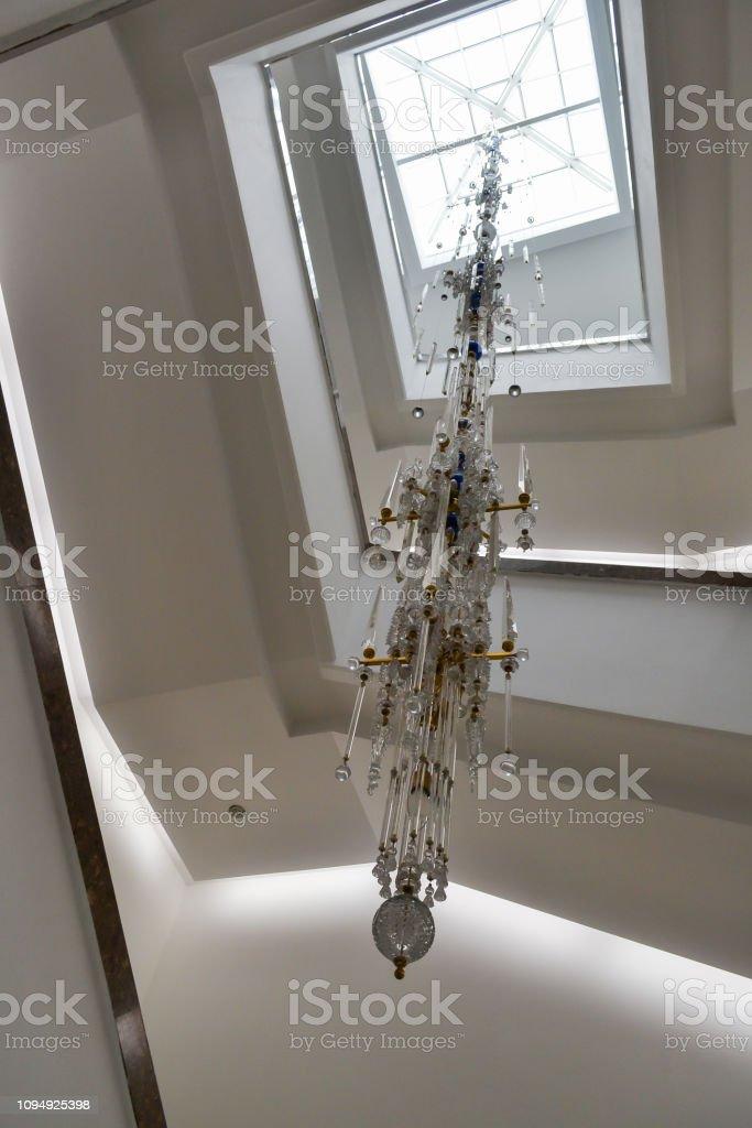 photo libre de droit de grand lustre moderne pour eclairer lescalier en spirale avec une hauteur de plusieurs etages banque d images et plus d images libres de droit de a la mode