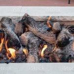 Protokolle Im Offenen Feuer In Einem Weissen Stein Feuerstelle Sitzen Stockfoto Und Mehr Bilder Von Boxenstop Istock