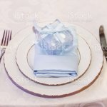 Luxushochzeit Stilvolle Glaser Teller Servietten Und Silbernes Besteck Und Geschenke Fur Die Gaste Am Runden Tisch Bei Teuren Catering Platz Fur Text Dekor Fur Fest An Feiertagen Stockfoto Und Mehr Bilder Von