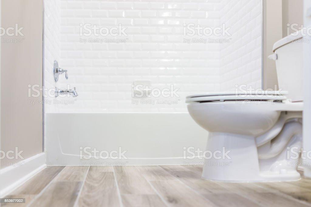photo libre de droit de moderne blanc ordinaire propre toilette salle de bain avec douche carrelage et du parquet du niveau du sol banque d images et plus d images libres de droit de