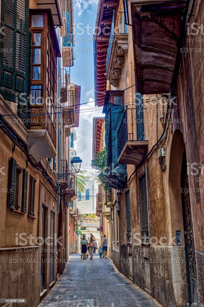 https www istockphoto com de foto gasse in der altstadt von palma de mallorca spanien gm1070397338 286378184