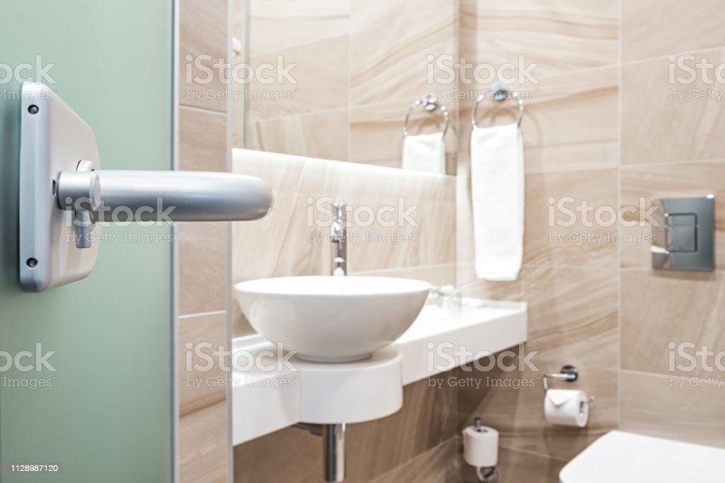 https www istockphoto com fr photo ouvrez la porte vitr c3 a9e de la salle de bain gm1128987120 298082933