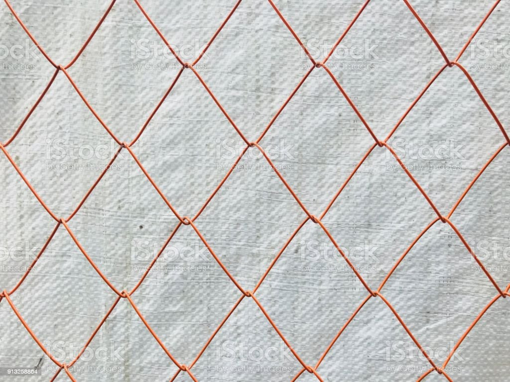 https www istockphoto com fr photo de maille en m c3 a9tal avec une b c3 a2che en plastique blanche sur fond orange gm913258864 251395833