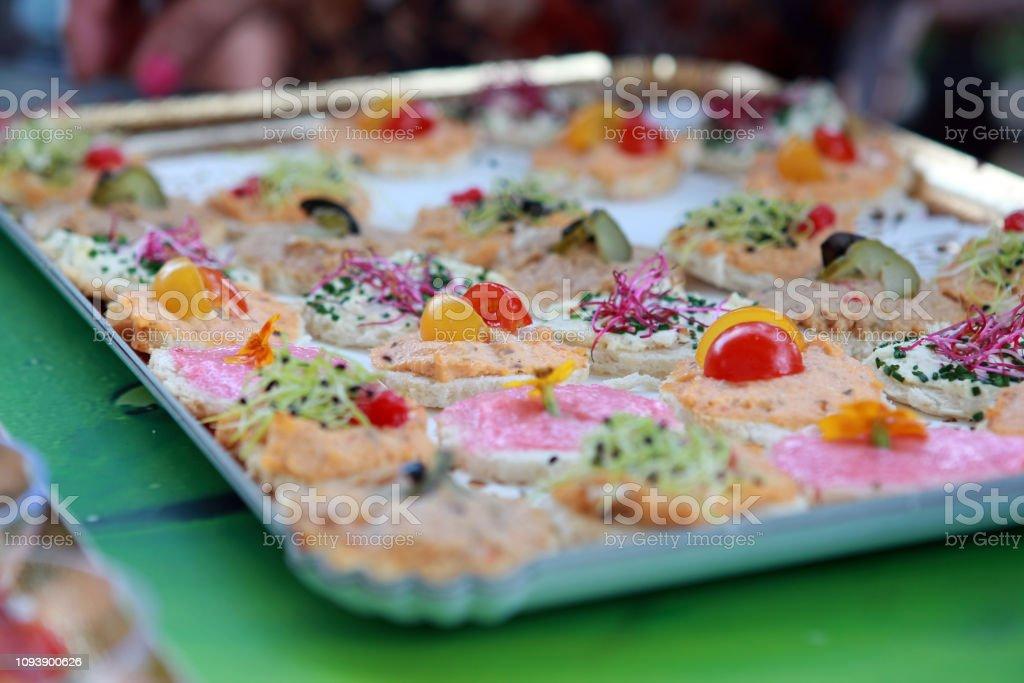 plateau de buffet froid avec du salami et des tomates stock photo download image now istock