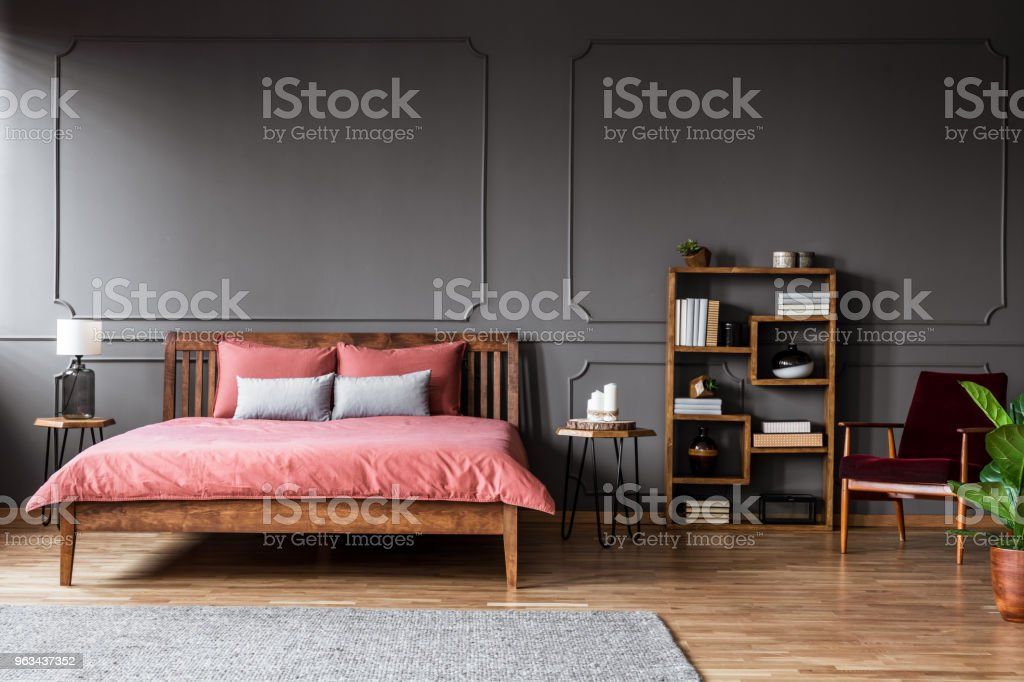 https www istockphoto com fr photo photo r c3 a9elle dun int c3 a9rieur de chambre c3 a0 coucher spacieuse avec pied de lit rose gm963437352 263155192