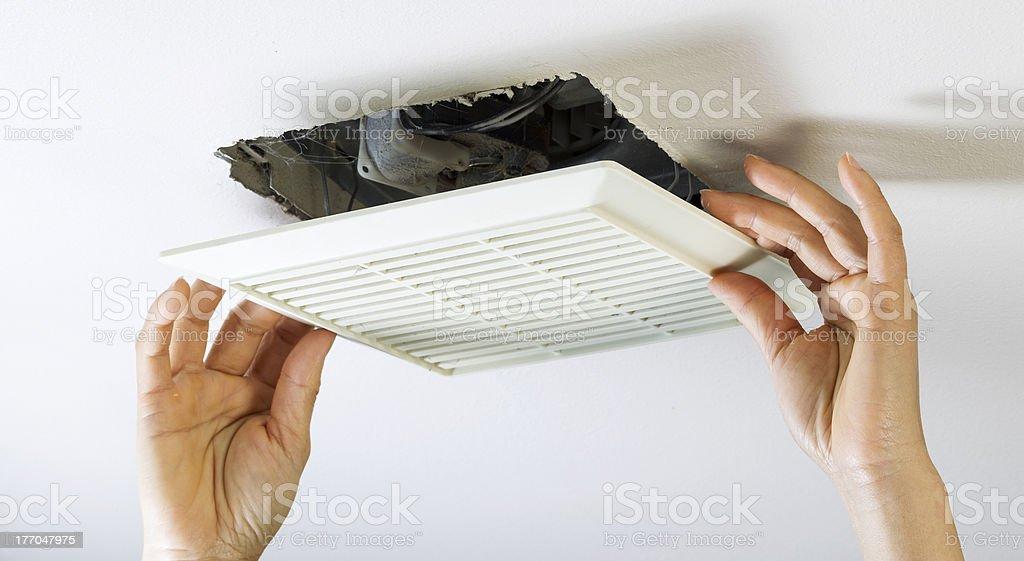 https www istockphoto com de foto entfernen badezimmer l c3 bcfter vent abdeckung innen reinigen gm177047975 26405485
