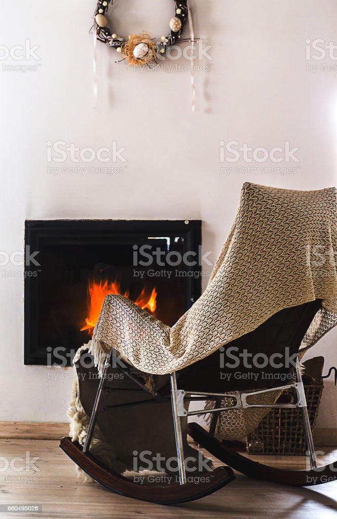 https www istockphoto com fr photo fauteuil c3 a0 bascule avec tricot tapis devant la chemin c3 a9e gm860495026 142343403