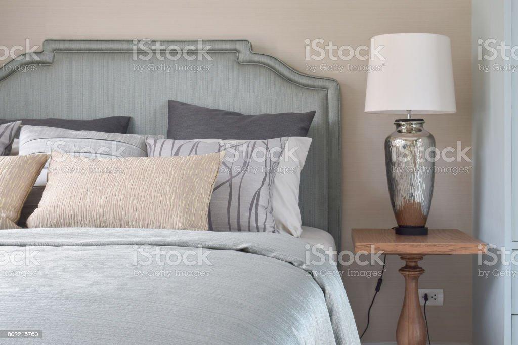 https www istockphoto com fr photo style romantique de literie avec couverture satin et lampe de lecture sur la table de gm802215760 130038015