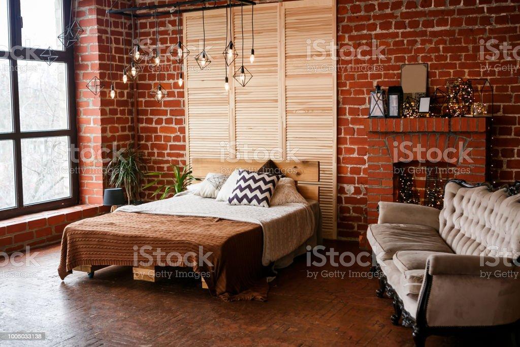 photo libre de droit de chambre simple avec grand lit mur de brique rouge et grande fenetre banque d images et plus d images libres de droit de a la mode istock