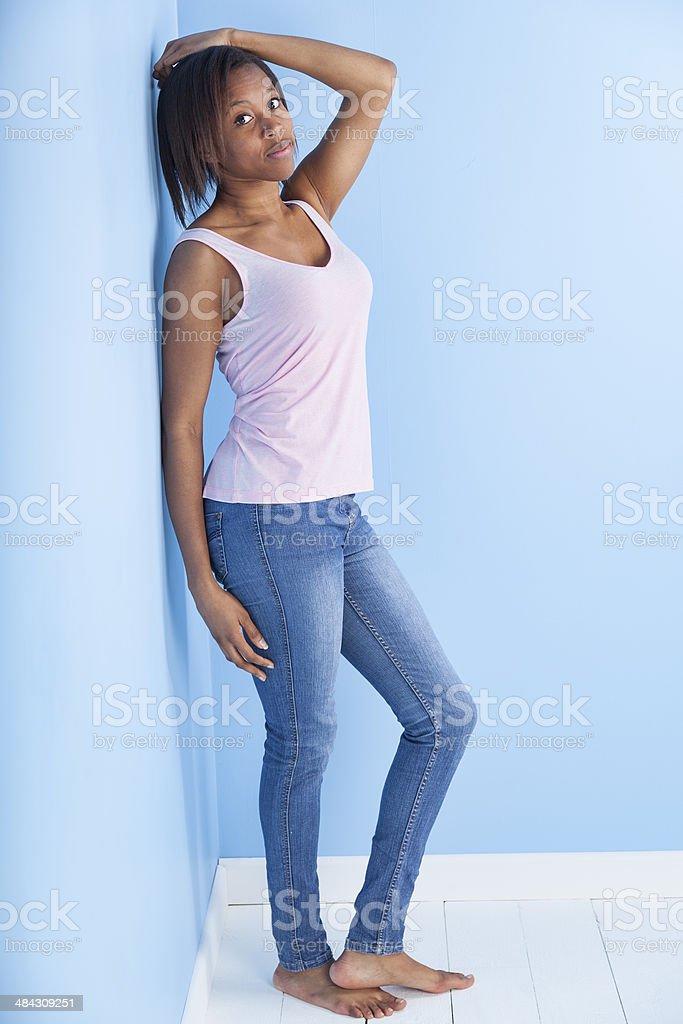 coupe afro caribeen fille debout dans une chambre d angle photo libre de droits
