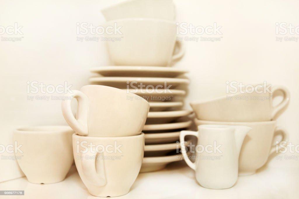 https www istockphoto com fr photo cruchon et blanches tasses de caf c3 a9 avec le plat de service sur plateau sur fond blanc gm956977178 261303219