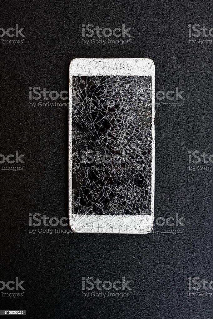 https www istockphoto com fr photo t c3 a9l c3 a9phone intelligent avec c3 a9cran cass c3 a9 sur fond noir gm816636022 132100317